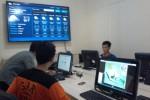 Sukarelawan di Badan Penanggulangan Bencana Daerah (BPBD) Boyolali memantau iklim dan cuaca di sejumlah wilayah melalui layar komputer, Senin (15/12/2014). (Hijriyah Al Wakhidah/JIBI/Solopos)