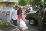 Kasi Operasi dan Pengendalian Satpol PP Sragen, Sukamto (kanan), meminta PKL yang berjualan di badan jalan raya Sukowati supaya pindah, Senin (8/12/2014). (Kurniawan/JIBI/Solopos)