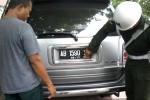 Polisi Militer (PM) dari Denpom IV/4/Ska melepas stiker TNI pada kendaraan sipil yang terjaring razia di Boyolali, Senin (8/12/2014). (Hijriyah Al Wakhidah/JIBI/Solopos)