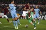 Pemain AS Roma Manuel Iturbe duel lawan kiper Manchester City Joe Hart (Ka). (JIBI/Solopos/Reuters/Alessandro B