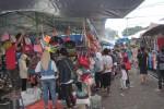 Sejumlah pengunjung saat sedang berburu tas kecil cantik di PMPS di Alun-alun Utara, Jumat (19/12/2014). (JIBI/Harian Jogja/Joko Nugroho)