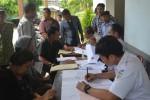 Warga mencocokan dokumen kontrak sewa lahan milik PT Kereta Api Indonesia (KAI) di Stasiun Wonogiri, Selasa (9/12/2014). Para penyewa lahan milik PT KAI diminta segera membayar uang sewa lahan selama tujuh tahun terakhir. (Bony Eko Wicaksono/JIBI/Solopos)