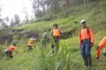 Tim sukarelawan Taruna Siaga Bencana (Tagana) Kecamatan Ngargoyoso, Karanganyar, Jawa Tengah menyisir hutan di kaki Gunung Lawu, Minggu (21/12/2014). Kegiatan itu dilakukan untuk memeriksa kondisi tanah di dataran tinggi Ngargoyoso yang mungkin saja mengancam keselamatan warga. (Bayu Jatmiko Adi/JIBI/Solopos)