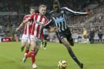 Pemain Sunderland Larsson (ki) duel lawan pemain Newcastle Sammy Ameobi. JIBI/Rtr/Andrew Yates