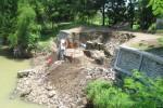Pekerja dari Balai Besar Wilayah Sungai (BBWS) Bengawan Solo memperbaiki tanggul di Desa Karangjoho, Karangdowo, Klaten yang ambrol pekan lalu. Foto diambil Jumat (26/12/2014). (Taufiq Sidik Prakoso/JIBI/Solopos)