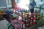 Guru Kelompok Bermain (KB) dan Taman Kanak-Kanak (TK) Taman Putra Mangkunegaran menata meja dan kursi di sekolah setempat, Sabtu (20/12/2014). Mereka mengosongkan tempat kegiatan mengajar karena Pendopo Kepatihan diduga dijual oleh pemiliknya. (Shoqib Angriawan/JIBI/Solopos)