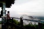 Meski diselimuti kabut, beberapa pengunjung tampak menikmati pemandangan dari salah satu pendapa di Puncak Suroloyo. Foto diambil pekan lalu. (JIBI/Harian JOgja/Holy Kartika N.S.)