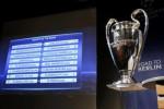Hasil Undian 16 Besar Liga Champions dipajang bersama trofi Liga Champions. JIBI/Rtr/Pierre Albouy