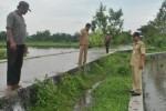 Warga dan perangkat Desa Ngandong, Kecamatan Gantiwarno mengecek afur [saringan pembuangan air] Jetis Bolo, Rabu (14/1). Afur tersebut meluap akibat hujan deras yang terjadi dua hari terakhir. Luapan air itu mengakibatkan puluhan hektare sawah di Desa Ngandong tergenang, Rabu (14/1/2015).(Ayu Abriyani K.P/JIBI/Solopos)