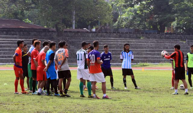 Pelatih Persis Solo Aris Budi Sulistyo (kanan) memberikan instruksi sebelum para pemain mengikuti latihan di stadion Sriwedari, Solo, Rabu (28/1). JIBI/SOLOPOS/Sunaryo Haryo Bayu