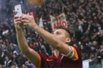 ransesco Totti Merayakan Gol Dengan Berselfie Bersama Suporter (Reuters)