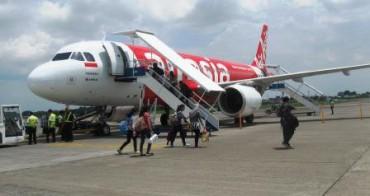 Penumpang pesawat Airasia rute Solo-Denpasar memasuki badan pesawat di Bandara Adi Soemarmo Boyolali, Rabu (28/1/2015). Rute Solo-Denpasar menjadi rute baru yang diharapkan mampu meningkatkan jumlah wisatawan yang datang ke Solo. (Ibda Fikrina Abda/JIBI/Solopos)