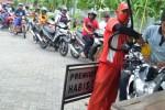 Antre pembeli BBM di SPBU Kota Madiun, Senin (19/1/2015). (JIBI/Solopos/Antara/Fikri Yusuf)
