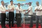 Branch Manager Nasmoco Ring Road, Karanganyar, Afi Prabowo (tengah) menunjukkan MoU kerja sama dengan Velozity dalam acara Ramah Tamah Velozity (Komunitas Avanza Veloz) Journey Jawa-Bali di Nasmoco Ring Road Solo, Karanganyar, Senin (5/1/2015). Toyota Avanza Veloz diprediksi mampu pertahankan market leader Avanza pada 2015. (Ibda Fikrina Abda/JIBI/Solopos)