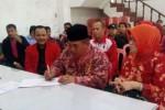 Bupati Sukoharjo, Wardoyo Wijaya (menulis), mengisi daftar hadir sebagai syarat pendaftaran calon bupati di kantor DPC PDIP Sukoharjo, Rabu (28/1). (Rudi Hartono/JIBI/Solopos)