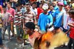 Nelayan membakar atribut demonstrasi di depan Kantor Gubernur NTB, Mataram, Senin (19/1/2015).(JIBI/Solopos/Antara/Ahmad Subaidi)