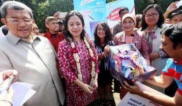 Bagi-bagi bantuan saat kampanye PHBS di Lembang, Rabu (28/1/2015). (Rachman/JIBI/Bisnis)