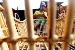 Pekerja menyelesaikan proses pembuatan produk kerajinan dari rotan di kawasan sentra rotan Jl. Soekarno-Hatta, Bandung, Jawa Barat, Senin (5/1/2015). Asosiasi Mebel dan Kerajinan Rotan Indonesia (Amkri) menyebutkan capaian kinerja mebel sebesar US$2 miliar pada tahun 2014 lalu, harus terbuang 35% atau sekitar US$700 juta untuk membayar komponen yang didatangkan secara impor. Komponen penunjang produksi yang diimpor tersebut antara lain cat untuk finishing, bahan kulit untuk permukaan sofa, engsel serta abrasif untuk penghalus, kayu khusus sejenis oak serta pinus, dan pelbagai bagian lainnya. (Rachman/JIBI/Bisnis)