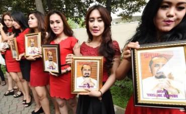 Demo model cantik di depan Gedung KPK, Jakarta, Jumat (30/1/2015). (JIBI/Solopos/Antara/M Agung Rajasa)