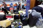 Petugas menata bagasi penumpang pesawat di Bandara Husein Sastranegara Bandung, Jawa Barat pada pengujung masa liburan akhir tahun, akhir pekan lalu. Memasuki tahun 2015, jumlah penumpang yang dilayani Bandara Husein Sastranegara Bandung diperkirakan bakal meningkat. Otoritas Bandara memperkirakan akan mencapai 3 juta penumpang, meningkat 400.000-an orang dibandingkan tahun 2013 yang hanya 2,6 juta penumpang dan pada 2014 lalu yang menargetkan 2,8 juta penumpang. (Rachman/JIBI/Bisnis)