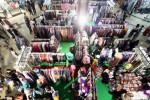 Pengunjung memadati bazar clothing di salah satu pusat perbelanjaan di Bandung, Jawa Barat, Sabtu (3/1/2015) lalu. Asosiasi Pusat Belanja Indonesia menyebutkan kenaikan tingkat kunjungan di momentum pergantian tahun 2014 ke 2015 lalu sekitar 20% dibandingkan hari-hari biasanya. Salah satu pemicu peningkatannya adalah pesta diskon semua tenant dan bazar clothing di teras depan dan atrium lobi yang dilaksanakan bersamaan dengan masa liburan akhir tahun itu. (Rachman/JIBI/Bisnis)