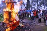 Warga Tengger membakar mahameru, Rabu (28/1/2015). (JIBI/Solopos/Antara/Adhitya Hendra)