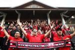 Kelompok suporter Persis Solo, Pasoepati, menyanyikan chant saat menggelar aksi di depan Gedung DPRD Kota Solo, Jawa Tengah, Minggu (11/1/2015). Aksi itu mereka gelar saat para pengurus Ascab PSSI Kota Solo menggelar musyawarah cabang di gedung tersebut. Lewat unjuk rasa tersebut, Pasoepati berharap pendapat dan keluhan suporter kepada menejemen Persis didengar para peserta Muscab PSSI Solo. (Reza Fitriyanto/JIBI/Solopos)
