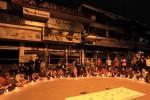 Mahasiswa dan pedagang Pasar Klewer menyalakan lilin saat acara renungan dan doa bersama di depan sisa kebakaran Pasar Klewer, Solo, Jawa Tengah, Kamis, (1/1/2015) malam. Aksi bertajuk Pasar Klewer Bangkit itu sebagai bentuk keprihatinan atas musibah Pasar Klewer terbakar yang dialami para pedagang itu, Sabtu, (27/12/2014) malam. (JIBI/Solopos/Antara/Maulana Surya)