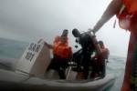 Penyelam Badan Search and Rescue Nasional (Basarnas) menggunakan perahu karet dari Kapal Negara SAR Purworejo menuju Kapal Perang Republik Indonesia (KRI) Banda Aceh di Laut Jawa, perairan Teluk Kumai, lepas pantai Pangkalanbun, Kotawaringin Barat, Kalimantan Barat, Minggu (4/1/2015). Penyelaman untuk mencari badan pesawat Airasia QZ 8501 hilang kontak dan ditemukan jatuh di kawasan itu tertunda karena cuaca buruk dengan arus bawah laut yang tidak aman untuk penyelaman. (JIBI/Solopos/Antara/Fanny Octavianus)