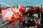 Bagian ekor pesawat Airasia diangkat ke permukaan, Sabtu (10/1/2015). (JIBI/Solopos/Antara/R. Rekotomo)