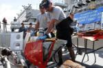 Sejumlah prajurit TNI AL menurunkan serpihan pesawat dari geladak Kapal Perang Republik Indonesia (KRI) Bung Tomo (TOM)-357 di Dermaga Ujung, Komando Armada Republik Indonesia Kawasan Timur (Koarmatim), Surabaya, Jawa Timur, Senin (5/1/2015). Serpihan pesawat itu merupakan sisa musibah Airasia QZ 8501. KRI Bung Tomo-357 sandar di pangkalan utamanya setelah bergabung sebagai tim Badan Search and Rescue Nasional (Basarnas) untuk mencari pesawat Airasia hilang kontak dan ditemukan jatuh di Teluk Kumai, lepas pantai Pangkalan Bun, Kotawaringin Barat, Kalimantan Tengah. (JIBI/Solopos/Antara/M. Risyal Hidayat)