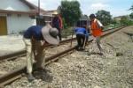 Perawatan rel kereta api di Sragen, akhir pekan lalu. (Kurniawan/JIBI/Solopos)
