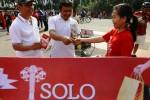 Panitia Solo Great Sale 2015 mempromosikan ajang obral gede-gedean di Solo itu dengan membagi-bagikan kacang gula merah saat digelar Car Free Day Jakarta, Minggu (25/1/2015). Solo Great Sale 2015 rencananya digela 1-28 Februari 2015. (Abdullah Azzam/JIBI/Bisnis)