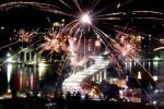 Pesta kembang api saat menyambut Tahun Baru 2015 di kawasan Jembatan Merah Putih, Ambon, Maluku, Kamis (1/1/2015) dini hari, tampak meriah menghiasi langit. Selain pesta kembang api, perayaan malam pergantian tahun di Pulau Ambon juga dimeriahkan hiburan rakyat oleh musisi setempat dan menonton bareng film peraih Piala Citra 2014, Cahaya Dari Timur: Beta Maluku bersama para artis pendukungnya. (JIBI/Solopos/Antara/Isaac Mulyawan)