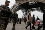 Tentara Prancis berpatroli di dekat Menara Eiffel, Paris sebagai bagian dari penerapan kesiapsiagaan tingkat tertinggi, Vigipirate, menyusul penyerangan berdarah terhadap kantor redaksi Charlie Hebdo, majalah satire yang sering memuat sindiran kontroversial dalam wujud karikatur, Rabu (7/1/2015) pagi waktu setempat. Aksi teror itu sedikitnya menyebabkan 12 orang tewas. (JIBI/Solopos/Reuters/Gonzalo Fuentes)