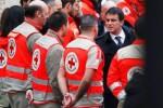 Perdana Menteri Perancis Manuel Valls (kanan) berbicara dengan para sukarelawan Palang Merah yang bertugas di lokasi penyerbuan kantor redaksi majalah Charlie Hebdo, Paris, Rabu (7/1/2015) waktu setempat. Para sukarelawan Palang Merah itu segera menolong korban penyerbuan berdarah tiga orang bersenjatakan senapan otomatis AK47 yang menyebabkan sedikitnya 12 orang tewas dan lima lainnya luka berat. (JIBI/Solopos/Reuters/ Charles Platiau)