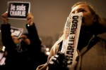 "Seorang pria memegang majalah satire Charlie Hebdo untuk membayar upeti saat digelar pertemuan di Place de la Republique, Paris, Rabu (7/1/2015) malam, waktu setempat. Serangan tiga lelaki bersenjata AK47 terhadap kantor redaksi majalah mingguan itu mengundang simpati warga Paris. Mereka spontan berkumpul di Place de la Republique sambil mempertontonkan pamflet bertuliskan ""je suis Charlie"" atau ""saya adalah Charlie"". (JIBI/Solpos/Reuters/Christian Hartmann)"