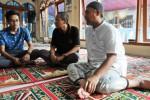 Wakil Ketua KPK Bambang Widjojanto salat di kampung, Sabtu (24/1/2015). (JIBI/Solopos/Antara/Indrianto Eko Suwarso)