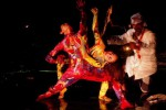 Kelompok seni Saka Galeri dari Solo berkolaborasi dengan Martinus Miroto dan Mila Rosita dari Studio Banjarmili Jogja dalam Rain Festival 2015 di Mugidance Studio di Desa Pucangan, Kecamatan Kartasura, Sukoharjo, Senin (18/1/2015) malam. (Farid Syafrodhi/JIBI/Solopos)