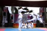 Mahameru Taekwondo menampilkan gerakan demonstrasi bela diri pada acara Community Battle di The Park, Solo Baru, Sukoharjo, Minggu (11/1/2015). Acara tersebut digelar dalam rangka menyemarakkan HUT ke-1 Solopos TV. (Ivanovich Aldino/JIBI/Solopos)