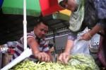 Salah seorang pedagang cabai, Muftah Zaenudin, 36, melayani pembeli di warungnya di Pasar Sayur Cepogo, Rabu (28/1). Harga Cabai merosot tajam dikarenakan stok yang sudah cukup banyak. (Muhammad Irsyam Faiz/JIBI/Solopos)