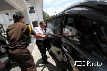 ersangka dugaan korupsi dana hibah tahun 2013 Kota Solo, Hery Jumadi (tengah), saat masuk ke dalam mobil sebelum dijebloskan ke Rumah Tahanan (Rutan) Kelas I Solo, Kamis (22/1/2015). (Ponco Suseno/JIBI/Solopos)