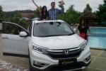 Direktur Honda Semarang Center (HSC), Sumantri didampingi dua model perempuan di atas mobil New Honda CR-V pada peluncuran mobil tersebut di Balemong, Ungaran, Kabupaten Semarang, Rabu (21/1/2015). (Insetyonoto/JIBI/Solopos)