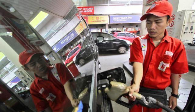 Ilustrasi pengisian bahan bakar minyak di SPBU. (Nurul Hidayat/JIBI/Bisnis)