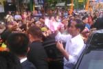 Jokowi membagi kaos dan buku kepada warga di depan Pasar Kota Sragen, Sabtu (31//20151). (Irawan Sapto Adi/JIBI/Solopos)