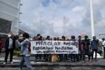 Aktivis Mahasiswa Universitas Muhammadiyah Yogyakarta tergabung dalam Suara Mahasiswa UMY (SM UMY) menggelar aksi unjuk rasa di kampus menentang kebijakan pungutan untuk biaya pelaksanaan Muktamar Muhammadiyah 2015, Jumat (30/1/2015). Mereka gagal bertemu pihak rektorat dan akan menggelar aksi lanjutan ke PP Muhammadiyah, hari ini (31/1/2015). (JIBI/Harian Jogja/Endro Guntoro)