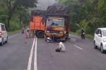 Truk muatan kayu mogok di tanjakan Ampel Senin (12/1/2015). Bak gandengan truk tersebut melintang di tengah jalan sehingga menghambat lalu lintas jalan Solo-Semarang itu. (Irsyam Faiz/JIBI/Solopos)