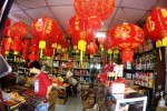 Berbagai jenis lampion dan pernik-pernik tradisi Tionghoa dijual di Toko KGH, Pasar Gede, Solo, Jawa Tengah, Jumat (23/1/2015). Lampion yang diimpor langsung dari Tiongkok tersebut dijual dengan harga Rp30.000 hingga Rp350.000 tergantung ukuran dan kualitas bahan. (Sunaryo Haryo Bayu/JIBI/Solopos)