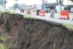 Pantauan Espos di Lokasi, Senin, Longsor yang hampir memakan badan jalan nasional tersebut mengerus tebing sepanjang sekitar 25 meter (m) tinggi 3 m. Longsor tersebut juga mengakibatkan kabel optik terputus dan satu rambu lalu lintas roboh. (Muhammad Irsyam Faiz) Foto tanpa terpal: Longsor terjadi di Jalur Nasional di jalan Solo-Semarang, tepatnya di depan Kampus Universitas Boyolali (UBY). Minggu (25/1) pukul 13.30 WIB. Foto diambil Rabu (28/1). Foto dengan terpal : Longsor terjadi di Jalur Nasional di jalan Solo-Semarang, tepatnya di depan Kampus Universitas Boyolali (UBY). Minggu (25/1/2015) pukul 13.30 WIB. Foto diambil Kamis (29/1/2015). (Irsyam Faiz/JIBI/Solopos)