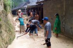 Warga gotong royong membersihkan material longsor yang menghantam rumah Suparno di Dusun Kalipenten, Desa Kaliagung, Sentolo, Kamis (15/1/2015). (JIBI/Harian Jogja/Holy Kartika N.S.)
